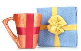 кубок, упакованные в бумагу подарок с подарком, изолированные на белом — Стоковое фото