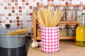 Fond de casserole sur la cuisinière dans la cuisine sur la table sur la mosaïque carreaux — Photo