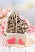 Romantique nature morte avec coeur dans le cercueil en bois — Photo