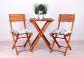 Trädgårds stolar och bord på vit bakgrund — Stockfoto