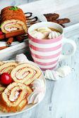 Xícara de cappuccino e doces close-up — Fotografia Stock