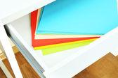 Papel colorido na gaveta aberta fechar — Fotografia Stock