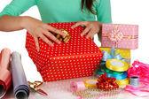 Empaquetado y decoración del regalo festivo aislado en blanco — Foto de Stock