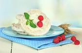 Smakelijke knäckebröd met bessen, op witte tafel — Stockfoto