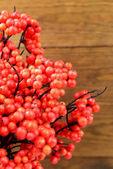 木製の背景に人工の果実 — ストック写真