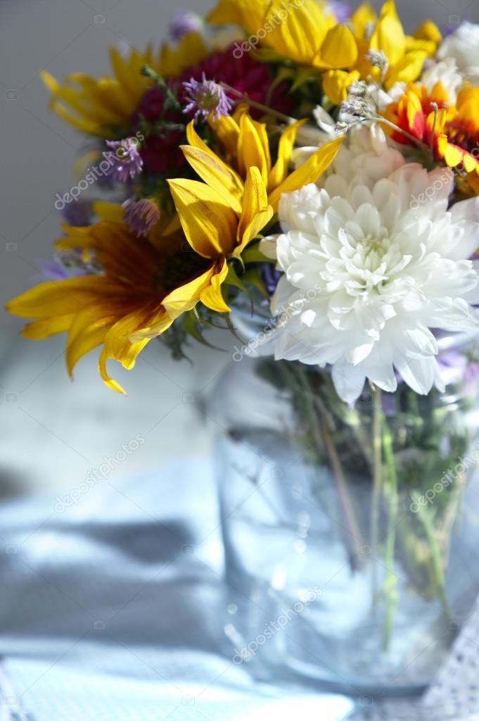 Цветы в стеклянных вазах фото