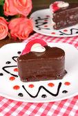 クローズ アップ テーブルに皿の上にチョコレートと甘いケーキ — ストック写真