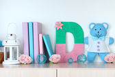 Shelf decorated with handmade knit letter — Стоковое фото