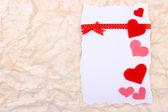Hermoso fondo romántico con corazones decorativos — Foto de Stock