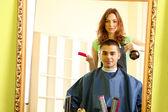 美丽的女孩理发师剪的家伙在美容院 — 图库照片