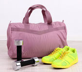 Sports bag with sports equipment in gymnasium — Stock fotografie