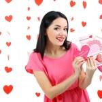 atrakcyjna młoda kobieta z karty na Walentynki — Zdjęcie stockowe #40779519