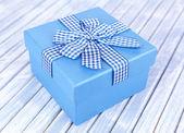 Geschenk-box auf hölzernen hintergrund — Stockfoto