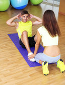 Guy and trainer engaged in fitness room — Stock Photo
