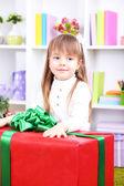 小女孩在房间里的大礼物盒上设置 — 图库照片