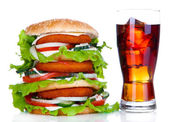 Büyük hamburger ve soğuk içecek, üzerinde beyaz izole bardak — Stok fotoğraf