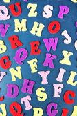 Alfabeto inglés sobre fondo de escritorio de la escuela — Foto de Stock