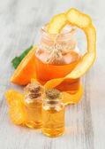 Olio essenziale di mandarino e mandarini sul tavolo di legno — Foto Stock