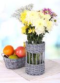 Mooie chrysant bloemen in vaas op tafel op lichte achtergrond — Stockfoto