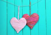 Dekorativní srdce na dřevěné pozadí — Stock fotografie