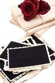 Fotos antigas em branco, letras e flores secas, isolado no branco — Fotografia Stock