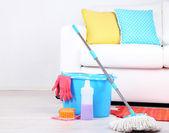 Podlahu mop a kbelík pro praní v místnosti — Stock fotografie