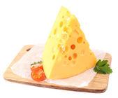 Pezzo di formaggio e pomodoro, su tavola di legno, isolato su bianco — Fotografia Stock