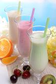 奶昔与淡蓝色背景上的水果表 — 图库照片