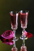 Komposition mit rosé in gläsern und rosen auf dunkle farbe hintergrund — Stockfoto