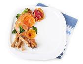 Muslos de pollo fritos caseros con verduras en placa aislado en blanco — Foto de Stock