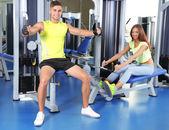 Kille och tjej engagerad i simulator på gym — Stockfoto