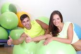 Frau und Mann im Fitnessraum — Stockfoto