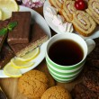 Cup of tea and sweets close up — Stock Photo