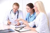 Equipo médico durante la reunión en la oficina — Foto de Stock