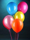 Heldere ballonnen op blauwe achtergrond — Stockfoto