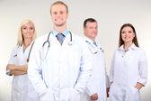 Trabajadores médicos sobre fondo gris — Foto de Stock