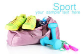 Torba sportowa z sprzęt sportowy na białym tle — Zdjęcie stockowe