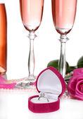 Composición con brillo rosa vino en vasos, botellas y rosas, aisladas en blanco — Foto de Stock