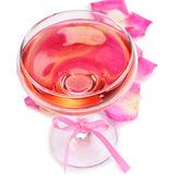 Sammansättning med rosa gnistra vin i glas och rosenblad isolerad på vit — Stockfoto