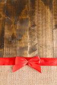 вретище с цветная лента и бант на деревянных фоне — Стоковое фото