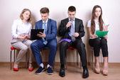 Mensen uit het bedrijfsleven wachten voor sollicitatiegesprek — Stockfoto