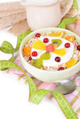 Delicious oatmeal with fruit in bowl on table close-up — Stock fotografie