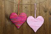 Coeurs décoratifs sur fond en bois — Photo
