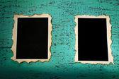 木製の背景の色に空白の古い写真 — ストック写真