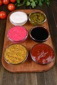 Różne sosy na desce do krojenia na stół szczegół — Zdjęcie stockowe