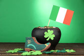 Avvio giorno di san patrick, pentola di monete d'oro e trifoglio lascia su sfondo verde — Foto Stock