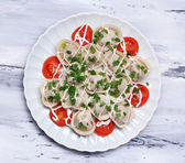 Kött klimp - ryska kokt pelmeni på träbord — Stockfoto