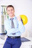 オフィスで自信を持って若い建築家 — ストック写真