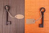 Nycklar med Tom tagg, på färg trä bakgrund — Stockfoto