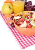 甜美的新鲜水果碗上表特写 — 图库照片